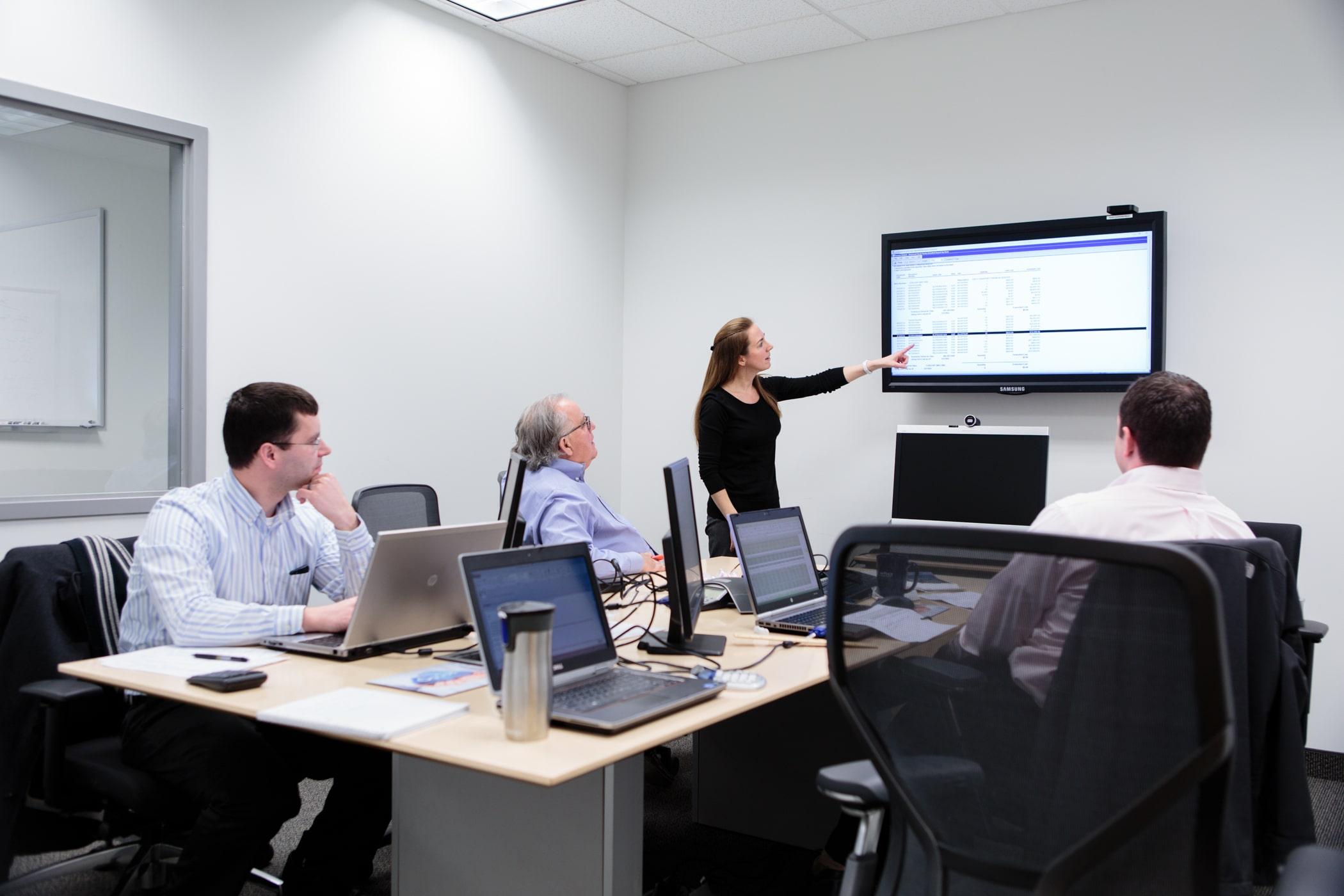 https://www.gocloudwave.com/wp-content/uploads/2019/07/Accounting-Team-Meeting-min.jpg